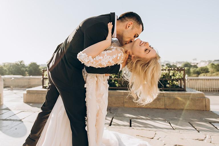 Ženích pobozkal nevestu