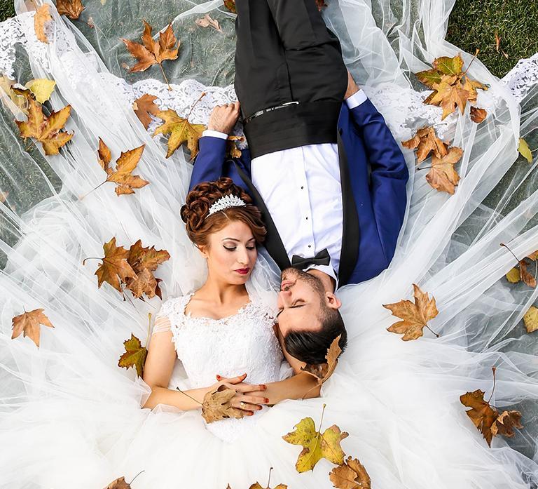 Mladý pár leží natráve